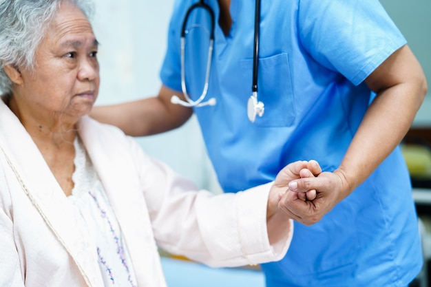 Enfermera asiática fisioterapeuta médico atención.