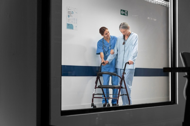 Enfermera ayudando al paciente a caminar