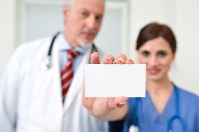 Enfermera con una tarjeta de visita en blanco