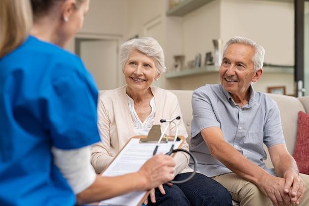 Enfermera consultora pareja senior