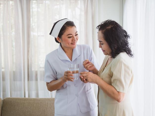 La enfermera cuida a los ancianos con felicidad.