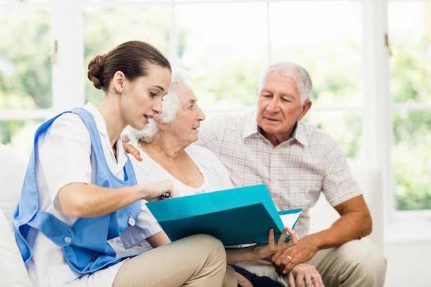 Enfermera cuidando pacientes ancianos enfermos en casa
