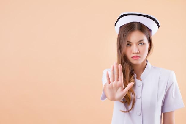 Enfermera enojada diciendo no con detener señal de mano