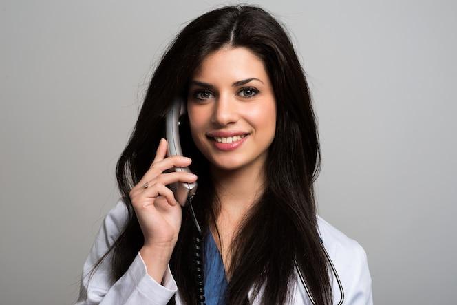 Enfermera hablando por teléfono