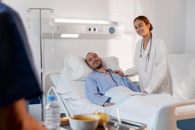 Enfermera y médico de cerca en la habitación del paciente