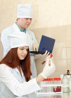 Enfermera y médico trabaja en el laboratorio de la clínica