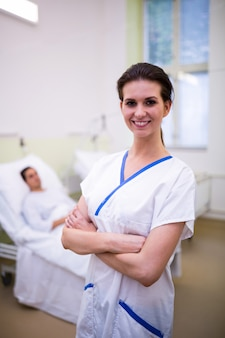 Enfermera de pie en la sala