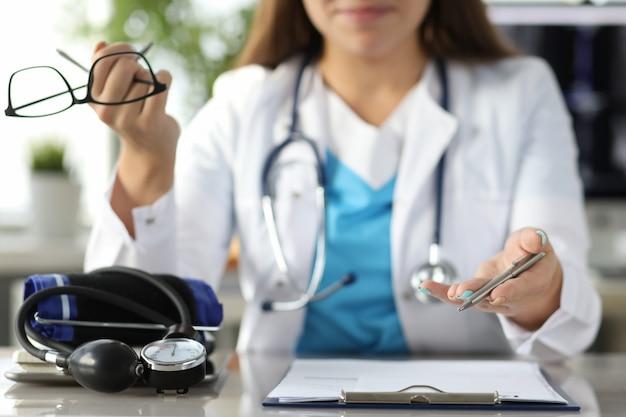 Enfermera rellenando el formulario del paciente
