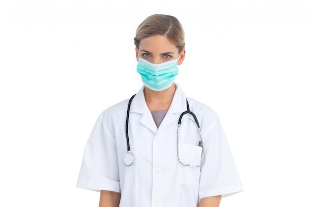 Enfermera seria con máscara quirúrgica