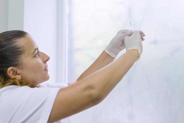 Enfermera sosteniendo una jeringa con vacuna