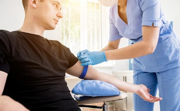 Enfermera tomando muestra de sangre. equipo medico.