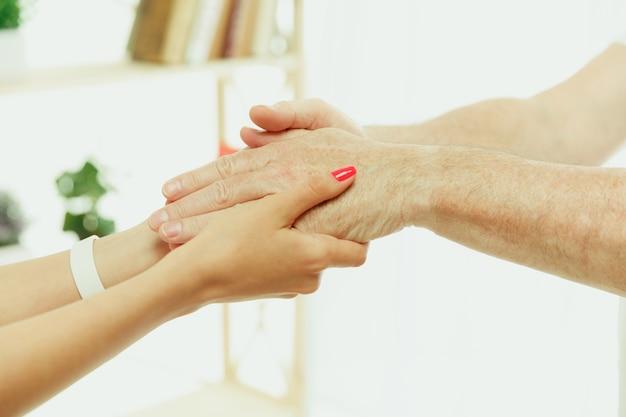 La enfermera visitante o el visitador sanitario que atiende al hombre mayor