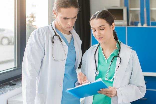 Enfermeras de alto ángulo mirando el portapapeles