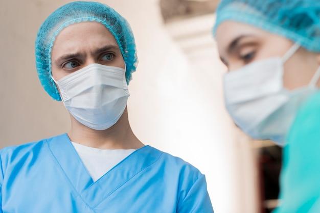 Enfermeras de ángulo bajo con máscara