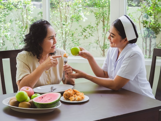 Las enfermeras tienen prohibido permitir que los ancianos coman pollo frito.