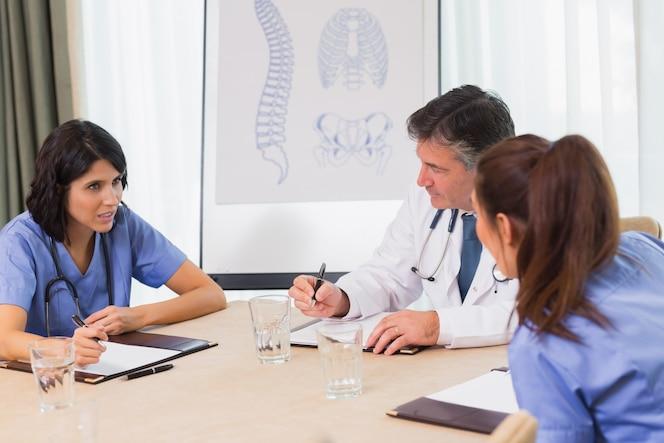 Enfermeras y doctores en una reunión