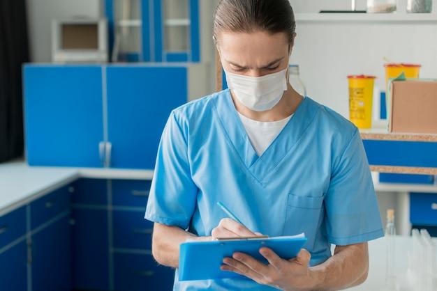 Enfermero de alto ángulo con portapapeles
