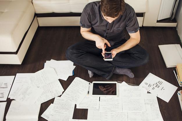 Enfoque creativo para los negocios, lluvia de ideas sentado en el piso del apartamento.