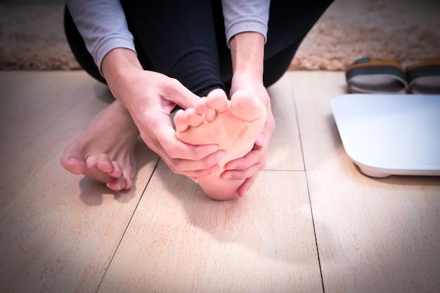 Enfoque en la mujer lesión en el tobillo / dolorosa