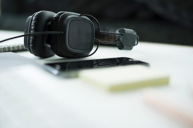 Enfoque selectivo auriculares vintage conectar dispositivo digital