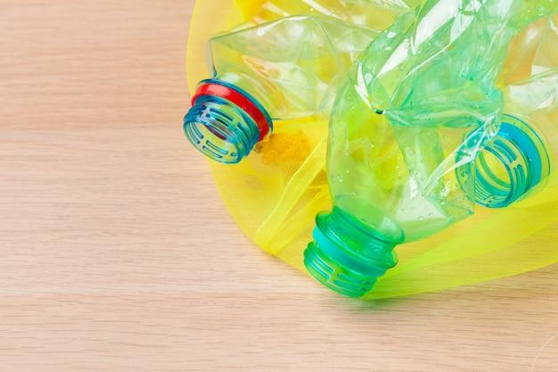 Enfoque selectivo, botella de plástico reciclar residuos