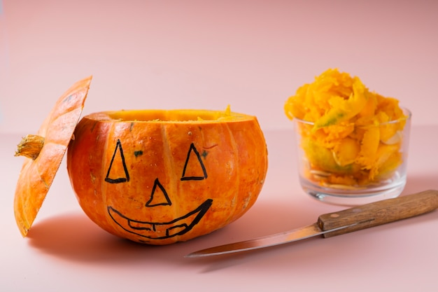 Enfoque selectivo. calabaza de halloween. instrucciones para tallar una cara de calabaza