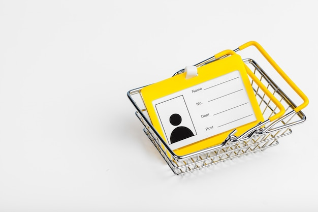 Enfoque selectivo de carrito de compras o carrito con papel de identificación en blanco