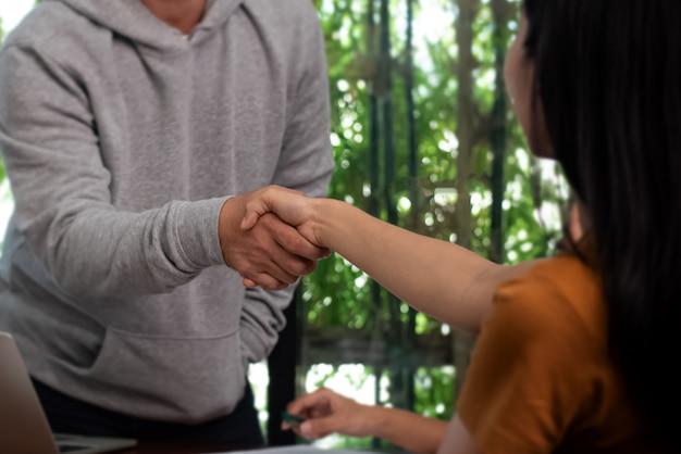 En el enfoque selectivo de estrechar la mano después de terminar la reunión, cantar y símbolo del acuerdo de éxito.