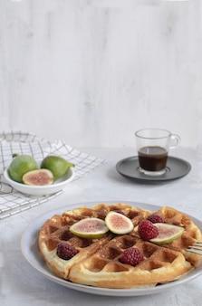 Enfoque selectivo gofres belgas higos frambuesas miel café expreso