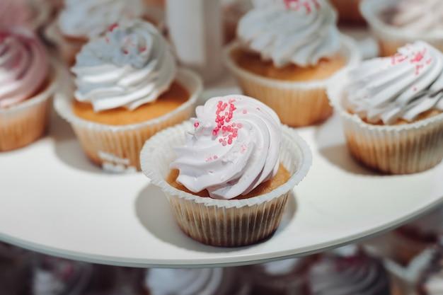 Enfoque selectivo de lindos deliciosos cupcakes servidos en plato