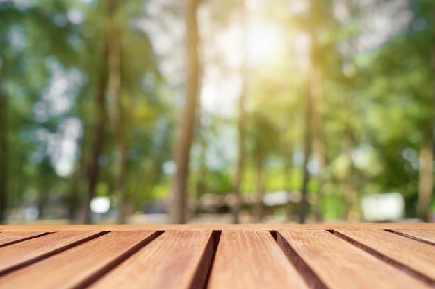 Enfoque selectivo de madera vieja vacía en el parque de desenfoque de naturaleza borrosa con fondo bokeh.