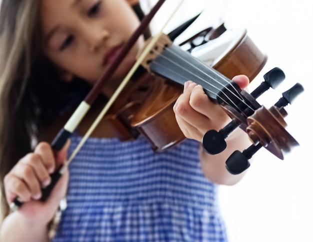 En el enfoque selectivo de la mano humana presionando la cuerda de violín