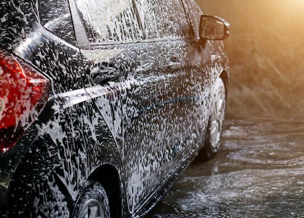 Enfoque selectivo negro lavado de autos con jabón