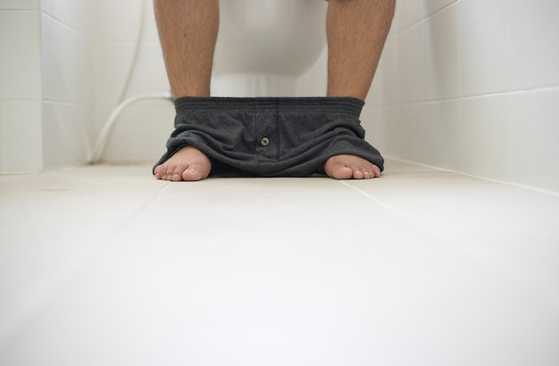 Enfoque selectivo personas sentadas en el inodoro
