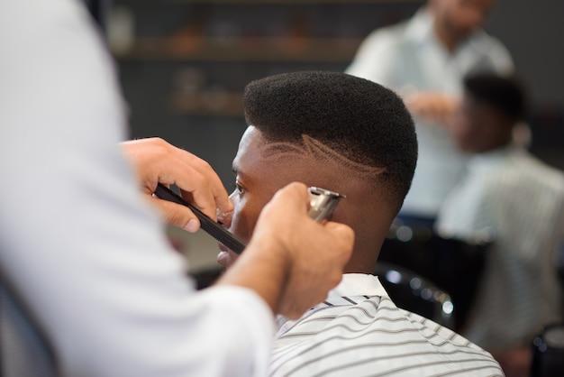 Enfoque selectivo del proceso de corte de pelo en peluquería