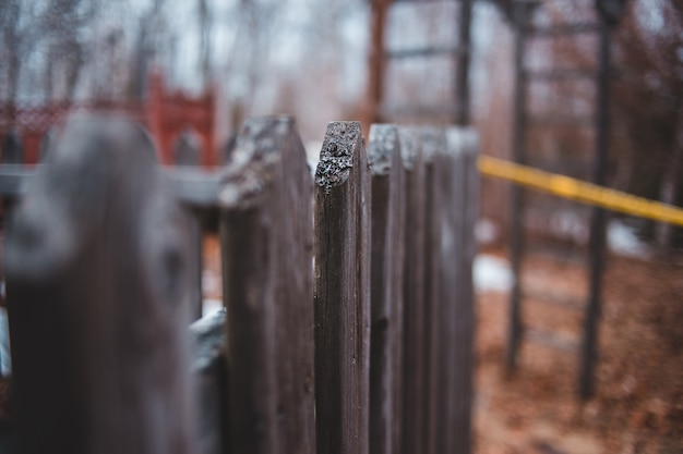 Enfoque selectivo de valla de madera marrón