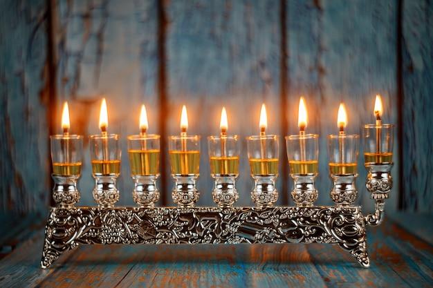 Enfoque suave de hanukkah menorah brillantemente brillante