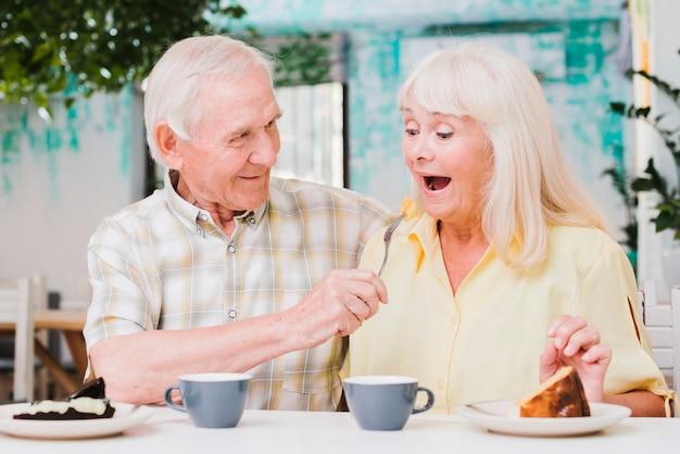 Engañando amorosa pareja de ancianos de pelo gris
