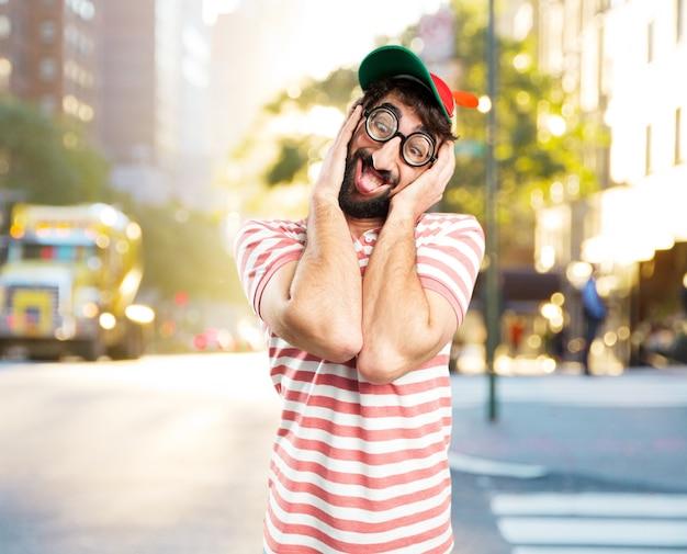 Engañar a hombre loco. la expresión feliz