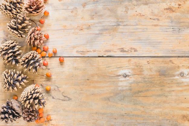Enganches y bayas sobre madera.