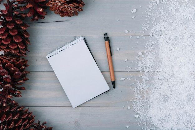 Enganches, cuaderno y nieve.