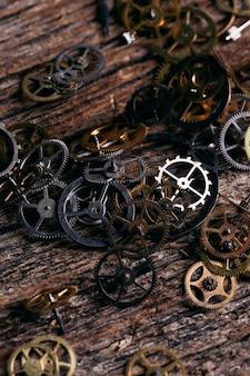 Engranajes en mesa de madera