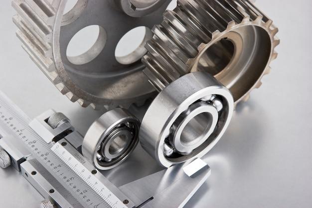 Engranajes y rodamientos con pinzas en una placa de metal