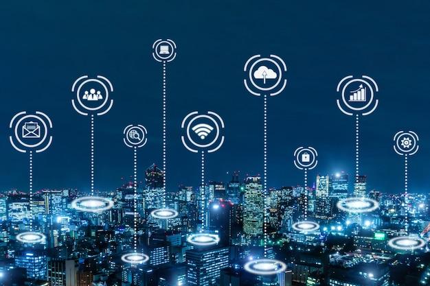 Enlace de medios globales que se conecta en el fondo de la ciudad de noche