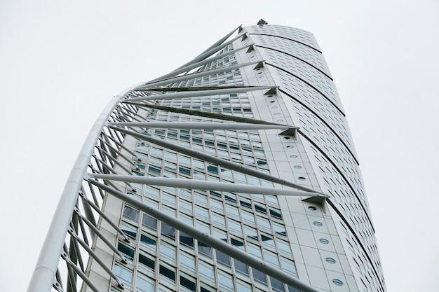 Enorme edificio moderno de rascacielos