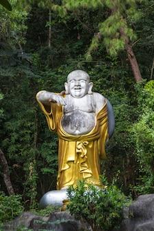 Enorme escultura dorada de buda