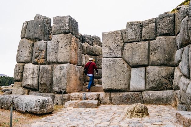 Enormes muros de piedra de sacsayhuaman cerca de cusco perú
