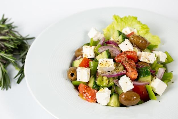 Ensalada de aceitunas con queso feta y verduras frescas