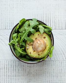 Ensalada de aguacate, rúcula, ajonjolí. dieta saludable. platos vegetarianos.