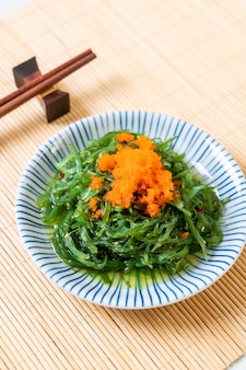 Ensalada de algas al mar con huevos de camarones al estilo japonés